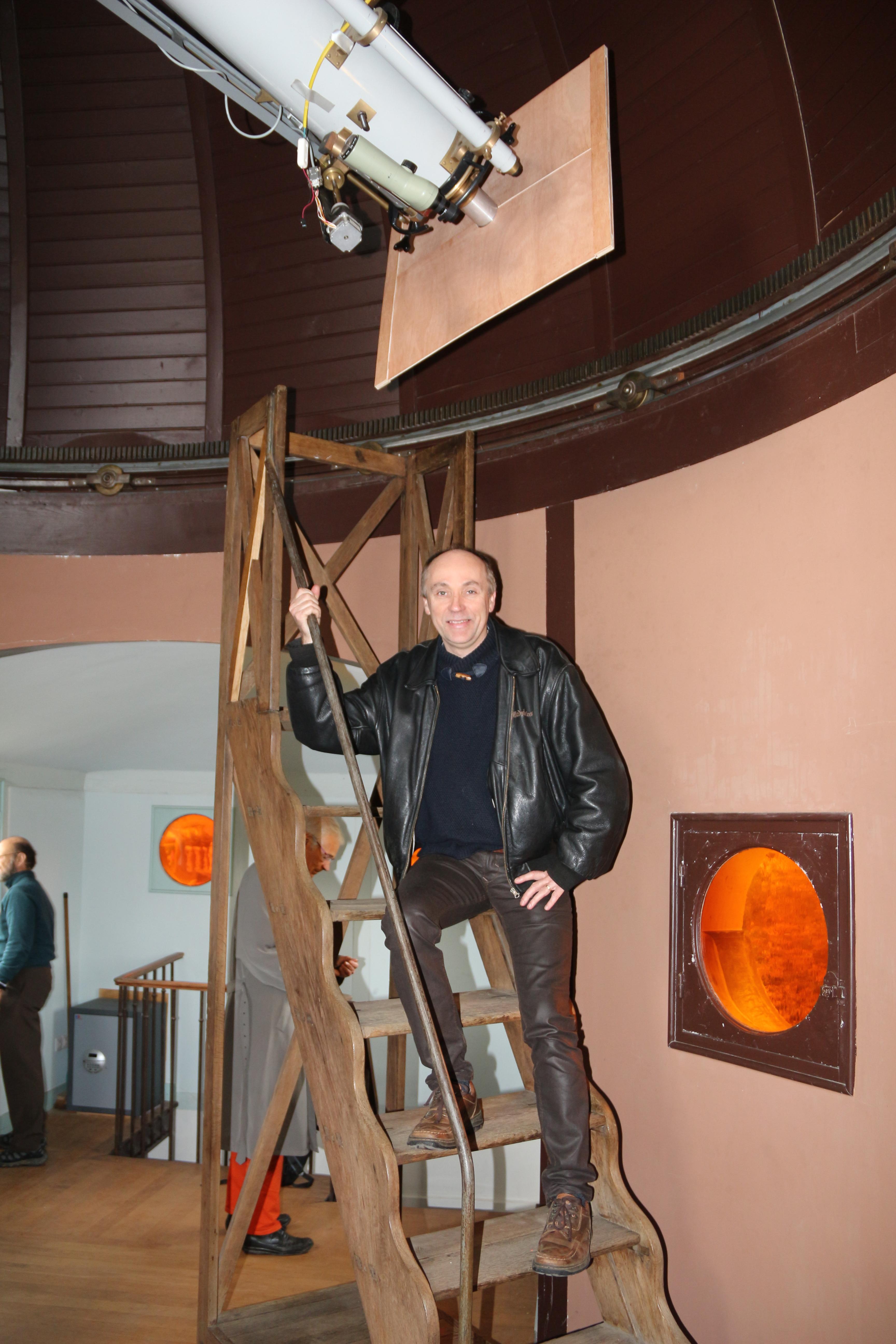 Le professeur posant sur l'échelle de Camille Flammarion