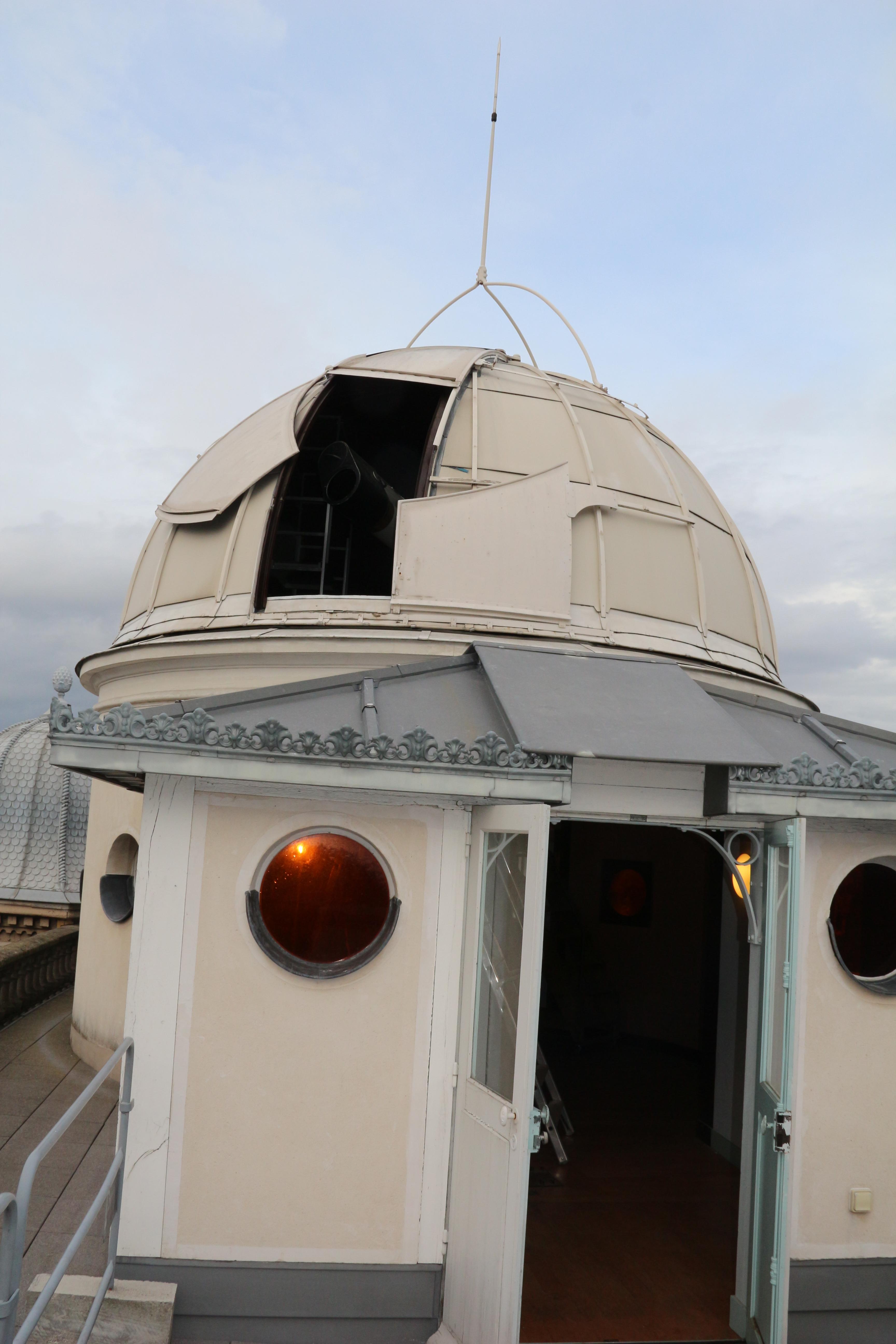 La coupole au sommet du bâtiment : on se croirait dans un Jules Verne!